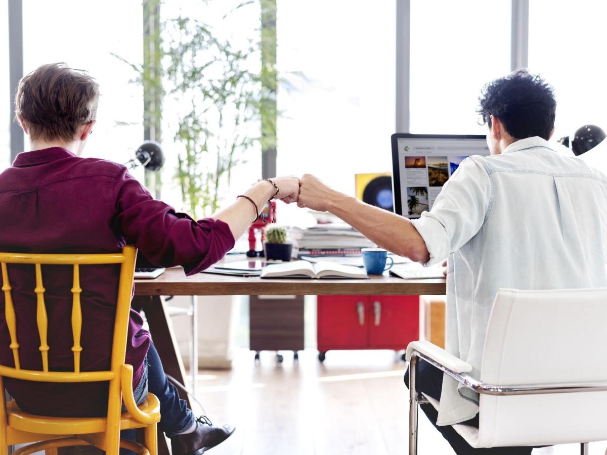 TA und seine Kunden: Zwei Männer geben sich einen fist bump