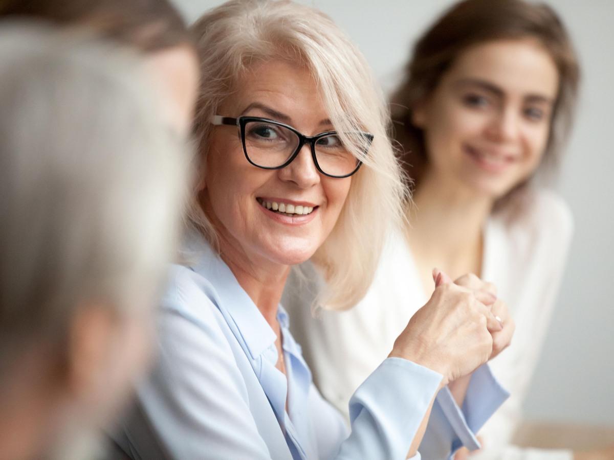 Kundendienst: Lächelnde ältere Geschäftsfrau