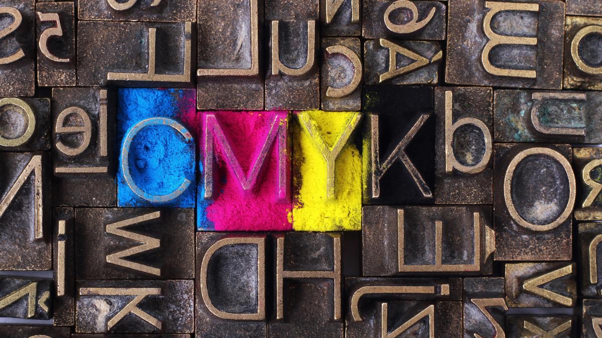 Toner: Stempelbuchstaben mit eingefärbten C, M, Y, K